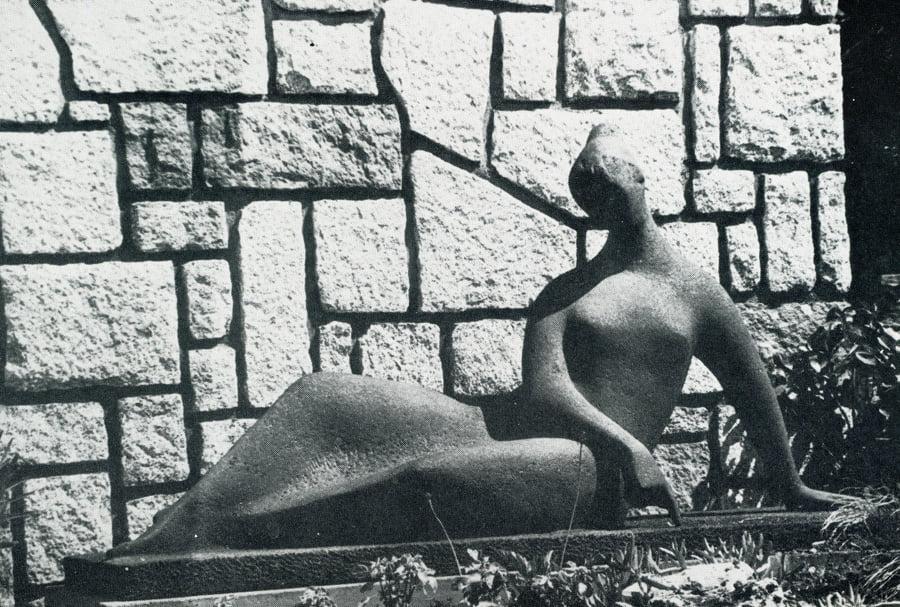 Mujer dibujando en la tierra